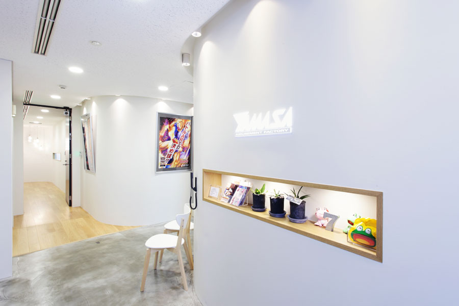 シンプルで上品な空間のなかで、商品を魅せる。</p>