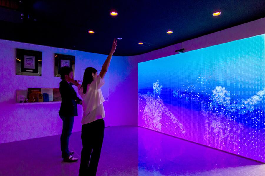 クリエイティブイノベーションの世界観を演出したエントランス空間。</p>